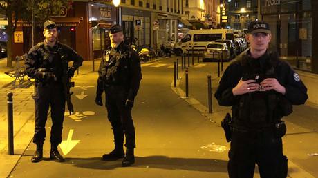 Französische Polizei sichert die Straße ab, in der der mutmaßliche Terrorist einen Passanten getötet und vier weitere verletzt hatte, bevor er von der Polizei erschossen wurde.