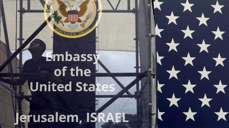 Ein Arbeiter bereitet das Gebäude der neuen US-Botschaft in Jerusalem für die Eröffnungsfeier am 14. Mai 2018 vor.