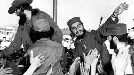 Fidel Castro (R) winkt den Menschen in Havanna auf diesem Foto vom 8. Januar 1959. Castro und 81 andere Kämpfer begannen in 1956 einen revolutionären Kampf gegen das von den USA unterstützte Regime von Fulgencio Batista, der mit dem Triumph der Revolution am 1. Januar 1959 endete.