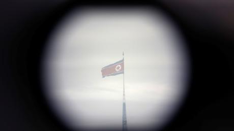 Die Flagge Nordkoreas durch ein Fernglas nahe der DMZ; Südkorea, 24. April 2018.