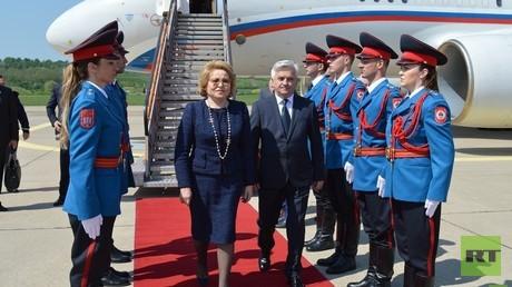 Der Präsident der Republik Srpska, Milorad Dodik, empfängt Walentina Matwijenko am Flughafen von Banja Luka.