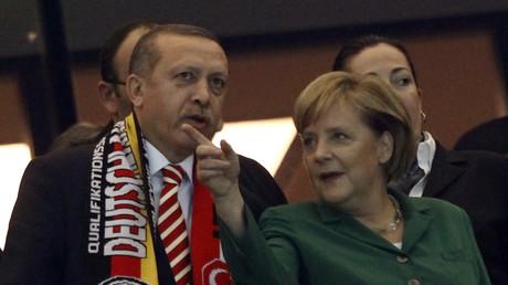 Das waren noch Zeiten: Erdoğan und Merkel während eines Fußballspiels zwischen Deutschland und der Türkei im Jahr 2012 in Berlin.