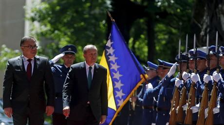 Der türkische Präsident Recep Tayyip Erdoğan (3. v.r.) und Mladen Ivanić, Vorsitzender des dreiköpfigen Staatspräsidiums von Bosnien-Herzegowina, beim letzten Besuch des türkischen Präsidenten am 20. Mai 2015 in Sarajevo (Bosnien-Herzegowina).