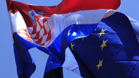 Kroatische und EU-Flagge: Kroatien ist seit dem 1. Juli 2013 Mitglied in der Europäischen Union.