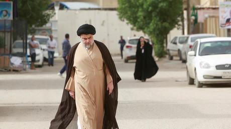 Der irakische schiitische Kleriker Muqtada al-Sadr nimmt an der Wahl in einem Wahllokal während der Parlamentswahlen in Nadschaf, Irak, teil.
