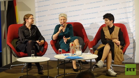 Die Gründerin des Zentrums Liberale Moderne, Marieluise Beck, bei der Podiumsdiskussion mit der Gründerin der Stiftung KrimSOS, Tamila Tasheva, am 16. Mai im Amerikazentrum in Hamburg.