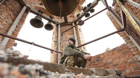 Ein ukrainischer Soldat in einer zerstörten Kirche in der Stadt Pisky nahe Donezk, die an einer der Frontlinien im Donbass liegt.