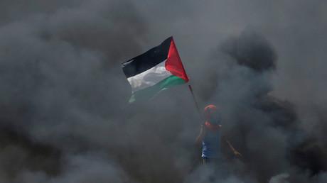 Ein Junge hält beim Protest in Gaza am Montag eine palästinensische Flagge.