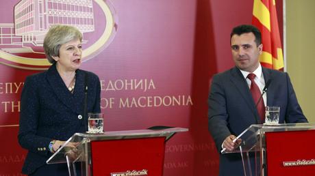 Die britische Premierministerin Theresa May mit ihrem mazedonischen Amtskollegen Zoran Zaev in Skopje. Zuletzt hatte der britische Premierminister Tony Blair im Jahr 1999 dem Land einen Besuch abgestattet. Die Beziehungen zwischen beiden Ländern seien stärker denn je, so May.