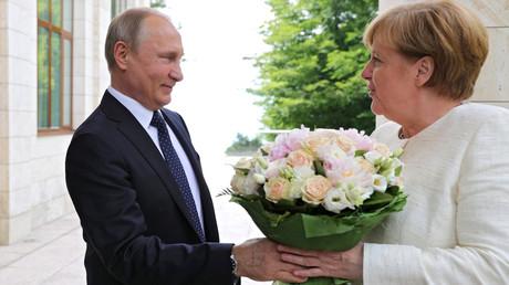 Weiße Rosen für Angela Merkel: Am Freitag begrüßte der russische Präsident Waldimir Putin die Bundeskanzlerin in Sotschi. Zeitgleich fanden die Potsdamer Begegnungen statt.
