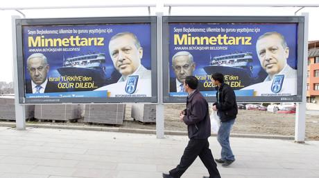 Erdoğan mit Netanjahu auf einem Wahlplakat in Ankara mit dem Spruch