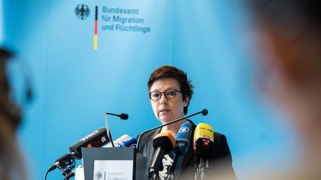 Jutta Cordt, Präsidentin des Bundesamts für Migration und Flüchtlinge (BAMF), äußert sich am 18. Mai 2018 in Berlin zu den Vorgängen in Bremen. Die ehemalige Leiterin der dortigen BAMF-Außenstelle soll dazu beigetragen haben, dass mindestens 1.200 Asylbewerber womöglich zu Unrecht Schutz erhielten.