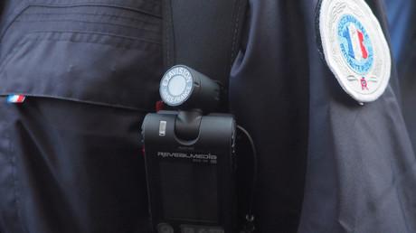 Polizist mit einer Videokamera (Symbolbild)