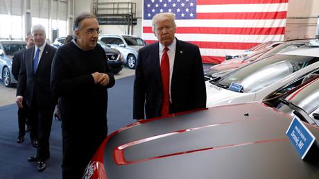 Donald Trump betrachtet neue Fahrzeuge aus US-amerikanischer Produktion; Ypsilanti Township, Michigan, USA, 15. März 2017.