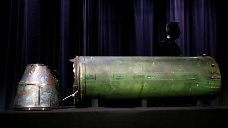 Die beschädigte Rakete, die auf der Pressekonferenz in den Niederlanden als Beweismaterial präsentiert wurde.