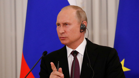 Der russische Präsident während der gestrigen Pressekonferenz mit dem französischen Präsidenten Emmanuel Macron.