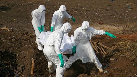 Symbolbild: Angestellte des Gesundheitsamts tragen den Körper eines vermeintlichen Ebola-Opfers in Freetown, Sierra Leone, 21. Dezember 2014.