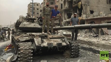 Nach der Befreiung: Syrische Soldaten posieren im Damaszener Vorort Hajar al Aswad auf einem Panzer des