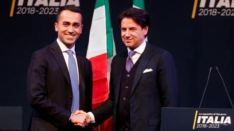 Der Vorsitzende der Fünf-Sterne-Bewegung Luigi Di Maio (l.) schüttelt vor den Wahlen in Italien Giuseppe Conte in Rom die Hand.
