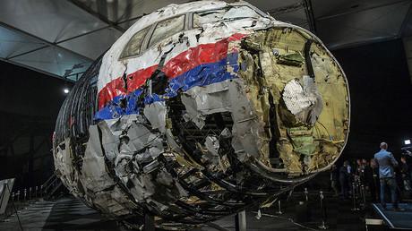 Das rekonstruierte Wrack des Flugzeugs MH17 von Malaysia Airlines auf dem Militärflugplatz in Gilze-Rijen, Niederlande.