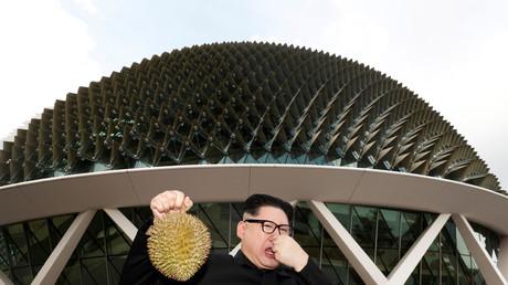 Howard, ein australisch-chinesischer Komiker, posiert als Kim Jong-un mit einer Durian-Frucht, Singapur, 27. Mai 2018.