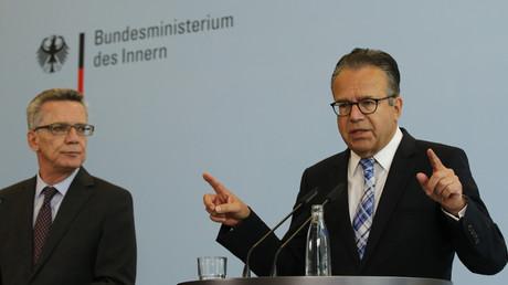 Frank-Jürgen Weise (r.) leitete parallel die Bundesagentur für Arbeit und das BAMF. Er sei einer der hervorragendsten Manager in Deutschland. Diese Qualitäten würden angesichts der schwierigen Lage des BAMF in der Flüchtlingskrise gefordert, sagte 2015 der damalige Innenminister Thomas de Maizière.