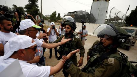 Ein palästinensischer Journalist diskutiert während eines Protestes für Pressefreiheit in der Nähe von Ramallah im besetzten Westjordanland mit israelischen Soldaten, 6. Mai 2018