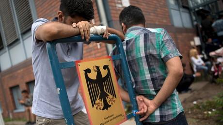 Asylbewerber vor dem Bundesamt für Migration (BAMF), Berlin, Deutschland, 17. August 2015.