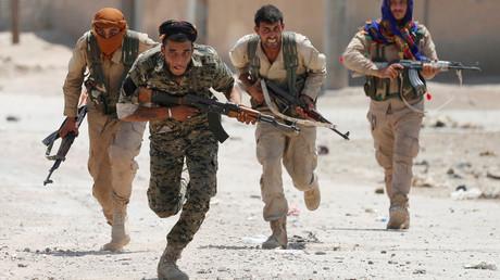 Kurdische Kämpfer der YPG rennen über eine Straße in Rakka, Syrien, 3. Juli 2017