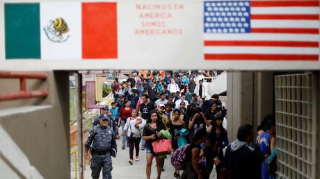 Migranten aus Zentralamerika treffen am mexikanischen Grenzübergang zu den USA in Tijuana an.