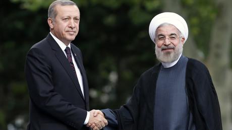 Der iranische Präsident Hassan Rouhani (R) und der türkische Präsident  Recep Tayyip Erdoğan während eines Treffens in Ankara am 9. Juni 2014.