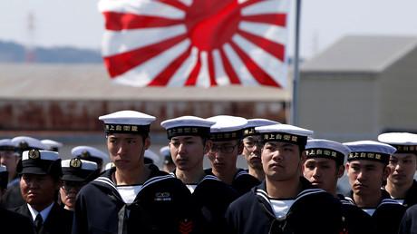 Marinesoldaten der Japanischen Maritimen Selbstverteidigungsstreitkräfte vor der Übergabe des Hubschrauberträgers DDH-184 Kaga