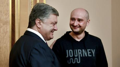 Erst vom Kreml ermordet dann wieder auferstanden, das zaubert doch jedem ein Lächeln auf die Lippen...