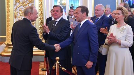 Sorgte für Empörung: Ex-Bundeskanzler Gerhard Schröder bei der Amtseinführung des russischen Präsidenten Wladimir Putin.