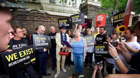 Aktivisten von Amnesty International protestieren vor der Russischen Botschaft in London gegen die angeblich vom Staat betrieben Schwulenverfolgung in Tschetschenien.