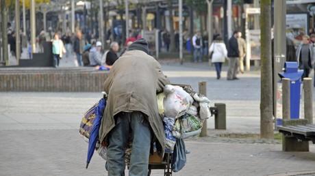 Nicht alle Obdachlosen tragen eine Plastiktüte bei sich - Sanktionen der Jobcenter können Menschen in die Obdachlosigkeit drängen.