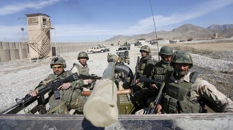 Soldaten der afghanischen Armee (ANA) patrouillieren um ihre Basis in der Provinz Logar