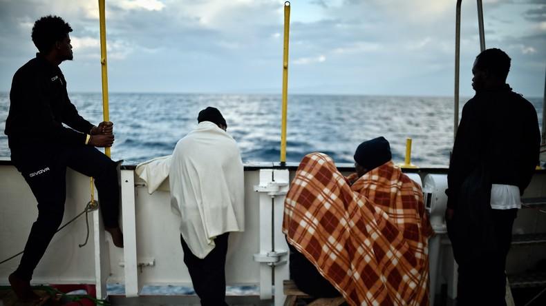 158 Migranten aus Seenot gerettet - Kritik an italienischen Behörden