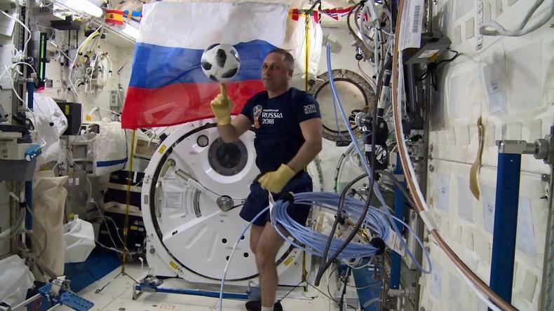 """""""Spaceball"""" wieder auf Globus: WM-Ball kehrt von ISS auf Erde zurück"""