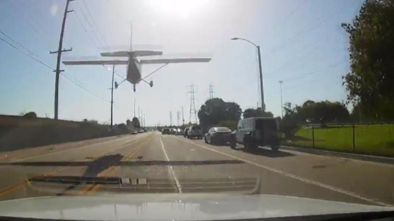 """USA: """"Motor ausgegangen"""" - Flugzeug landet auf belebter Straße"""