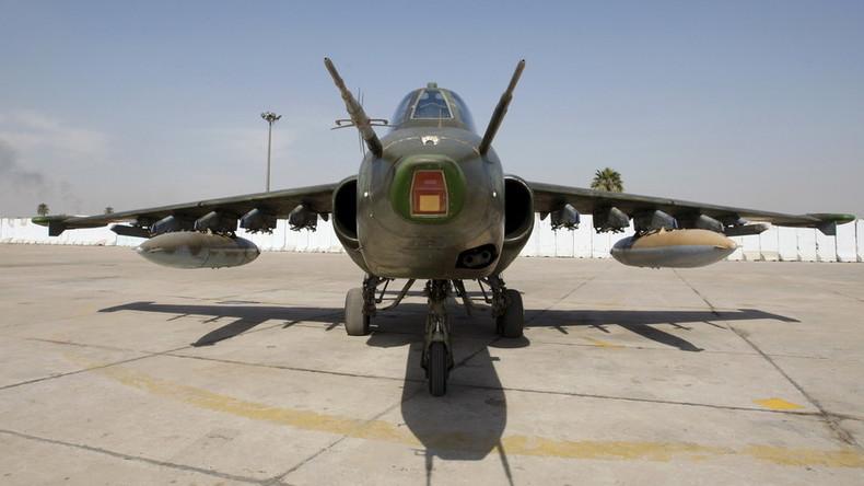 Beeindruckender Stunt: Ukrainischer Kampfjet düst im Tiefflug über Strand
