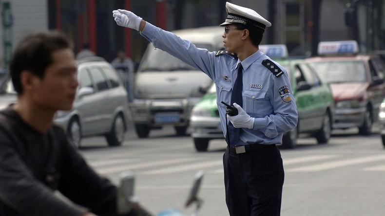 Der Geizige zahlt doppelt: Chinese befördert Auto quer auf Motordreirad – Strafe höher als PKW-Preis