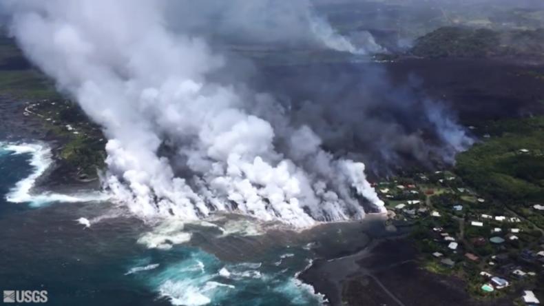 Hawaii: Gigantische Dampfwolken steigen in den Himmel, während Lava ins Meer strömt