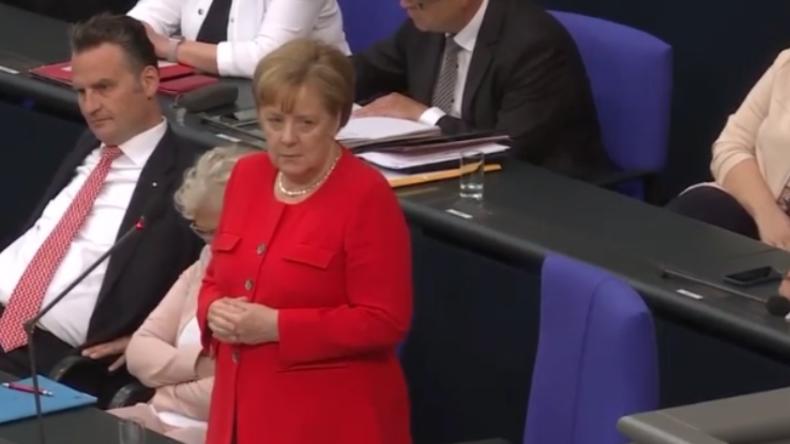 """Linke an Merkel: """"Wollen Sie sich nicht lieber um die Niedriglöhne hier als um Freihandel kümmern?"""""""