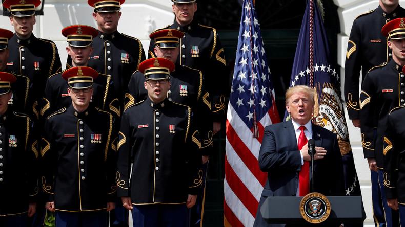 """Mitsingen verpatzt: Donald Trump vergisst Worte von """"God Bless America"""""""