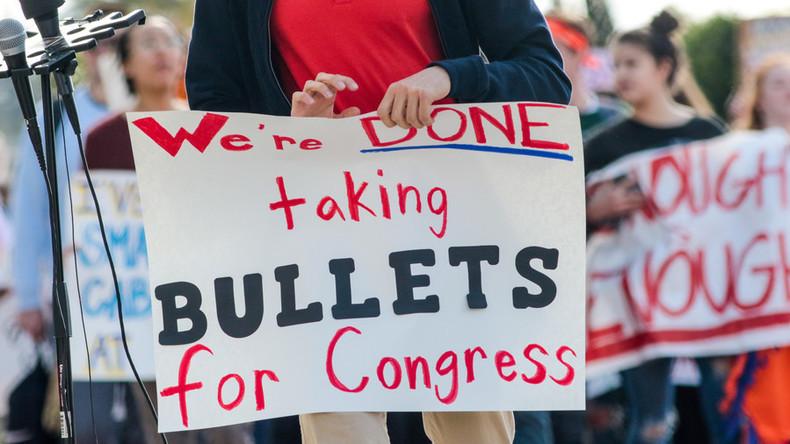 Zeichen der Zeit? Schüler in Pennsylvania erhalten kugelsichere Schutzschilder als Abschlussgeschenk