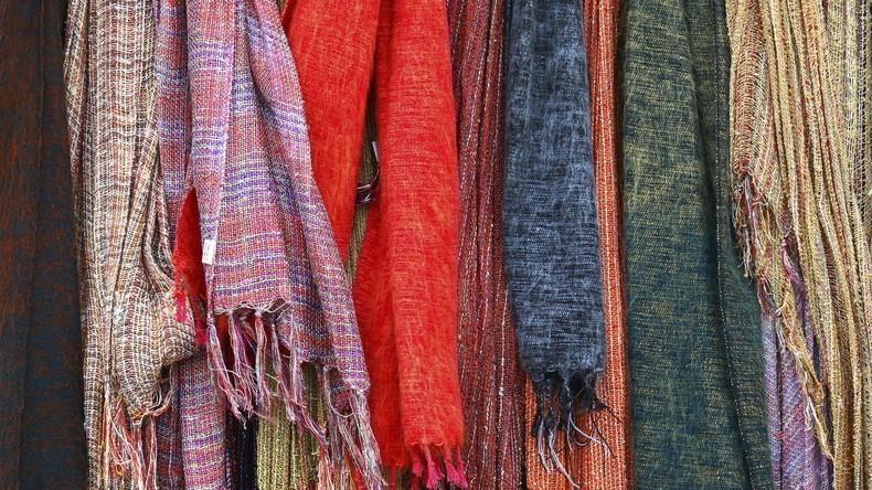 Fit und warm bleiben beim Warten: Selbstbetriebenes Gerät strickt Schale für Reisende und Obdachlose