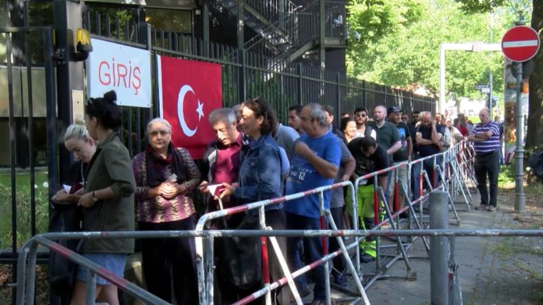 Deutschland: Türkische Staatsangehörige geben Stimmen für Wahlen in Türkei ab