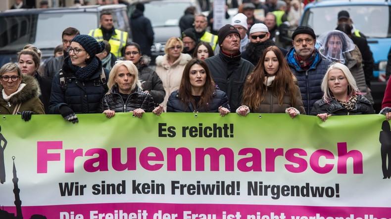"""LIVE: """"120 Dezibel"""" - Protest und Gegenprotest zum Frauenmarsch"""