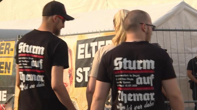 """""""HKNKRZ und Adolf"""" - Neonazis marschieren in Thüringen zu """"Rechtsrock""""-Konzert auf"""